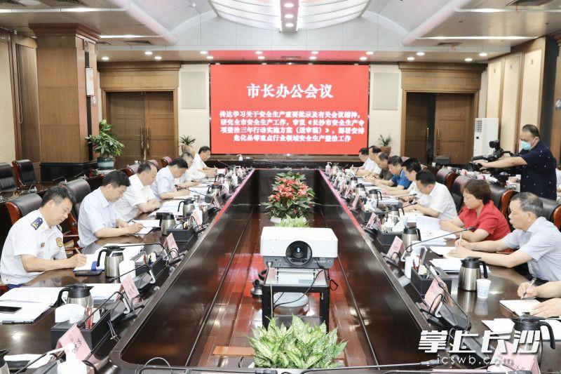 18日,郑建新出席市长办公会,研究全市安全生产、主城区危房改造和铁路沿线人居环境提升等工作。(刘书勤 摄)