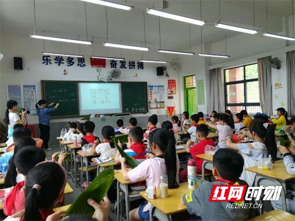 体验和传承传统民俗文化,桂东县思源实验学校老师为学生介绍端午节来源、习俗.jpg