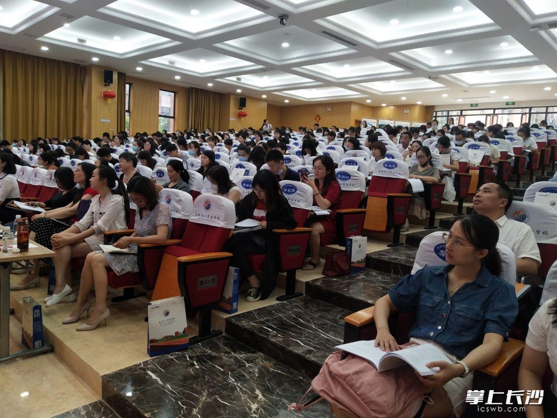 参加研训活动的老师们正在认真听课、做笔记。