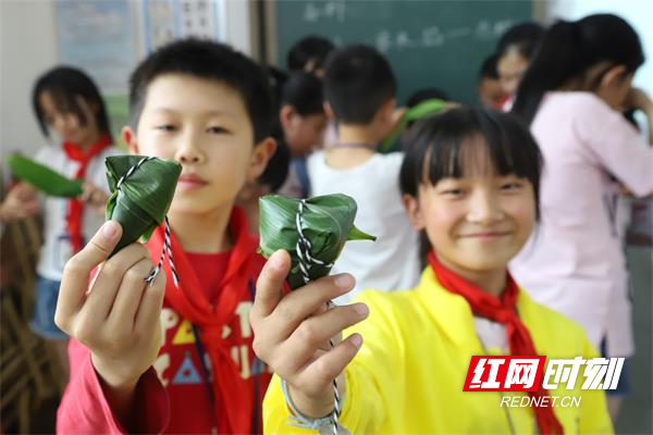 每一个粽子都凝结了孩子们的专注和用心。.jpg