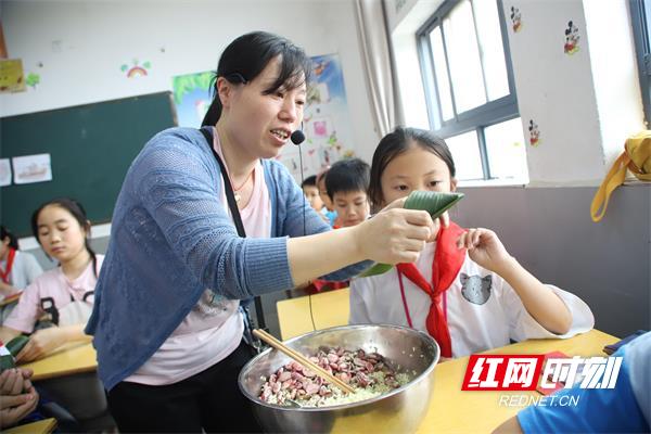 端午佳节到来之际,桂东县思源实验学校老师手把手教学生包粽子.jpg