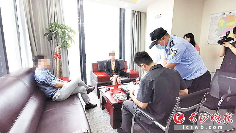执行法官向该公司法定代表人刘某、涉事员工陈某了解情况。长沙晚报全媒体记者 刘树源 摄