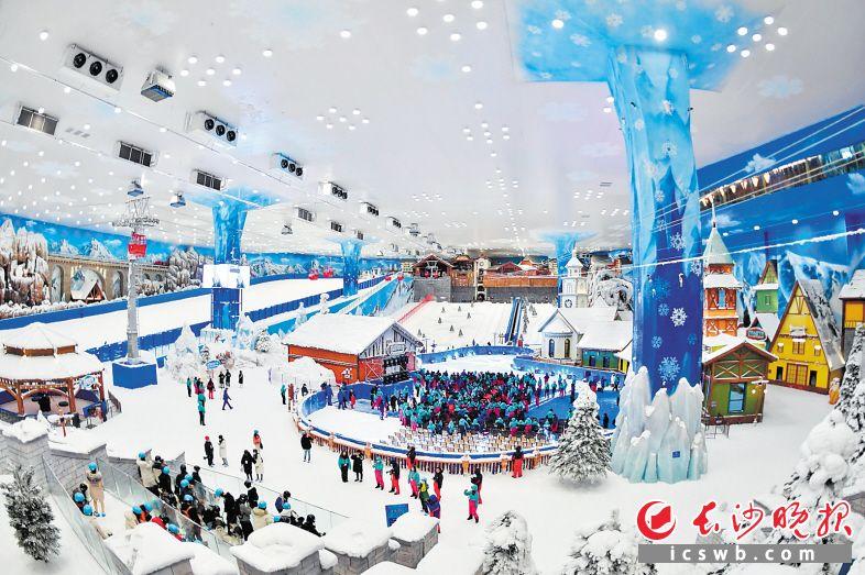 """位于地下36米、常年保持-5℃的欢乐雪域,有上下两座""""阿尔卑斯小镇"""",以雪国缆车和滑索相连,分为娱雪及滑雪区。  长沙晚报全媒体记者 王志伟 摄"""
