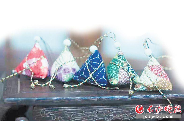 端午小长假,长沙市非物质文化遗产展示馆邀你制作五彩绳粽子香包。资料图片