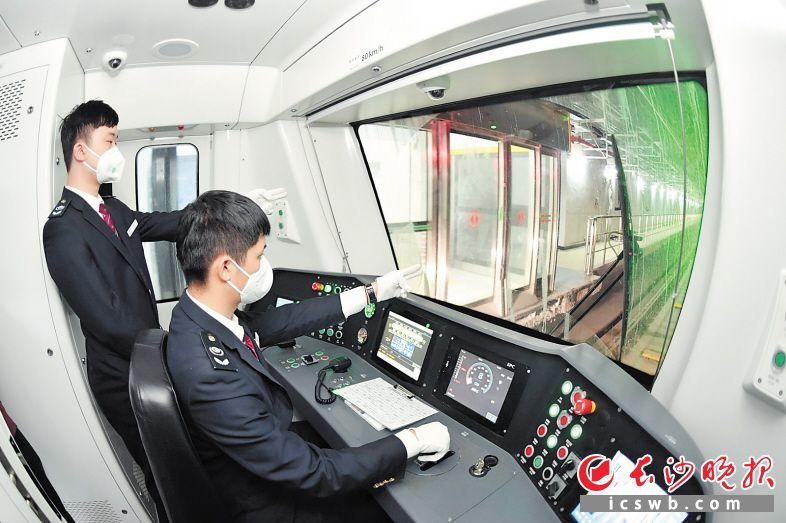 长沙地铁5号线进行联调联试时,司机操纵列车在轨道上前行。长沙晚报全媒体记者 王志伟 摄