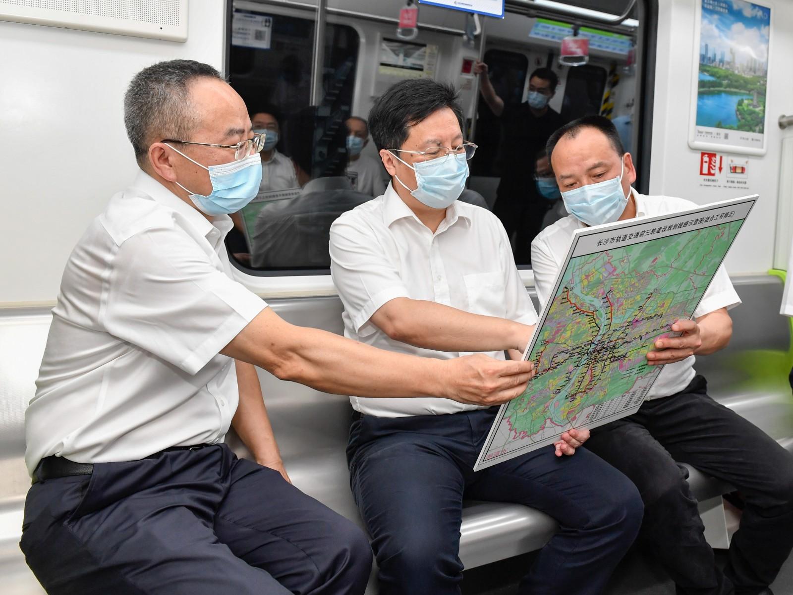 胡衡华在地铁3号线列车上听取长沙市轨道交通建设情况汇报。长沙晚报全媒体记者 余劭劼 摄