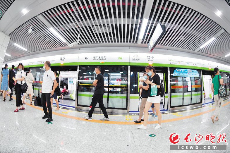 """↑6月28日,长沙地铁3号线、5号线开通初期运营,标志着长沙市轨道交通规划""""米""""字形骨架、双""""十""""字拓展线网格局基本形成。"""