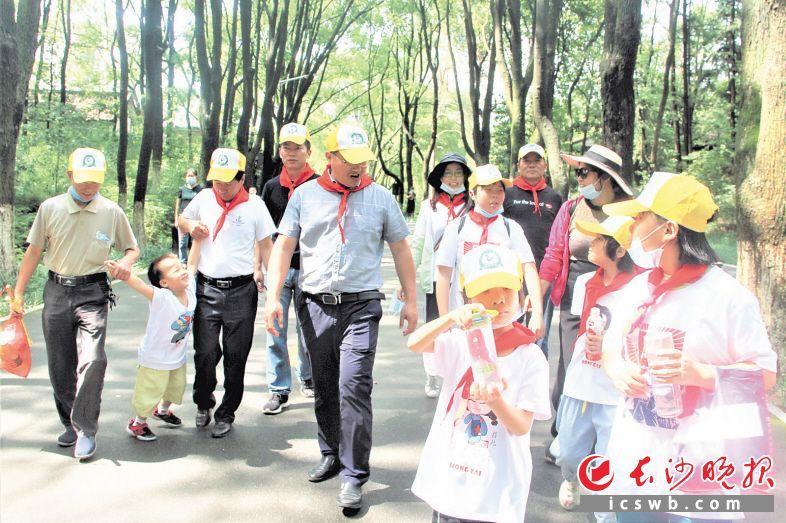 夏铎铺镇党员干部带着贫困学子参观景区。张禹 陈燕 摄