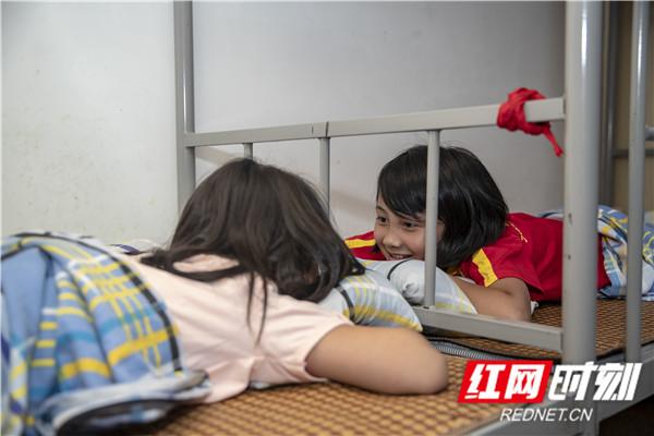 07,回到宿舍躺在床上和同学聊今天的开心事。.jpg