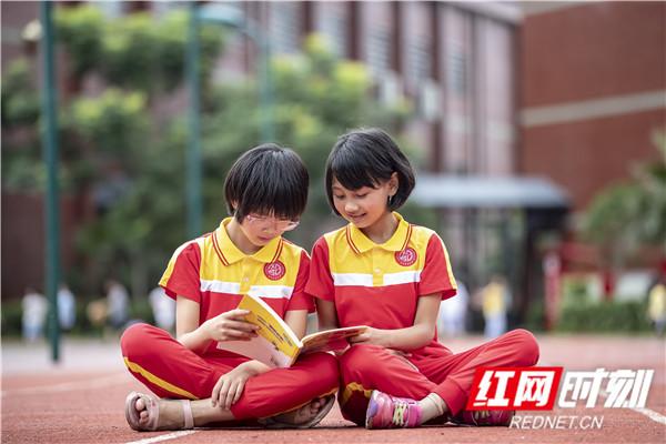 15,课间休息的适合, 和同学一起阅读课外书籍。.jpg