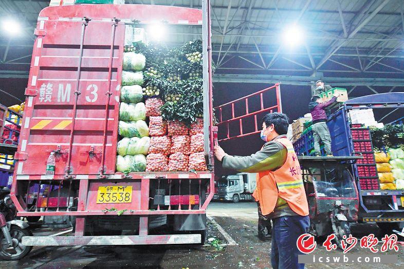 长沙黄兴海吉星国际农产品物流园内车流不息,蔬菜日均交易量超万吨,保障了蔬菜市场供应的量足价稳。  资料照片