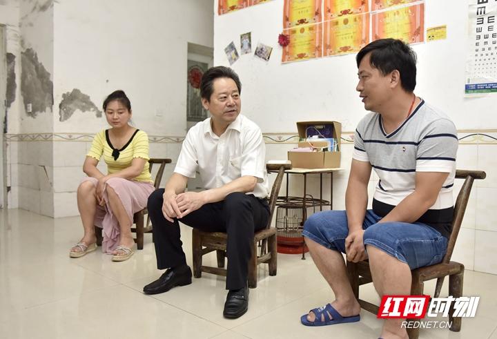 虢正贵、刘革安走访慰问部分老党员和困难党员