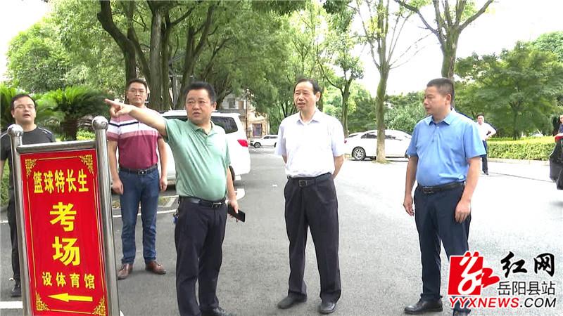 市教体局局长王德华听取相关工作人员介绍_副本.jpg