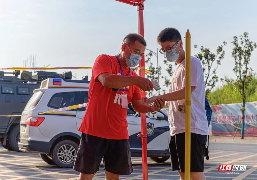 在衡阳市铁一中学考点,考生们正在通过体温检测进入考场。1.jpg