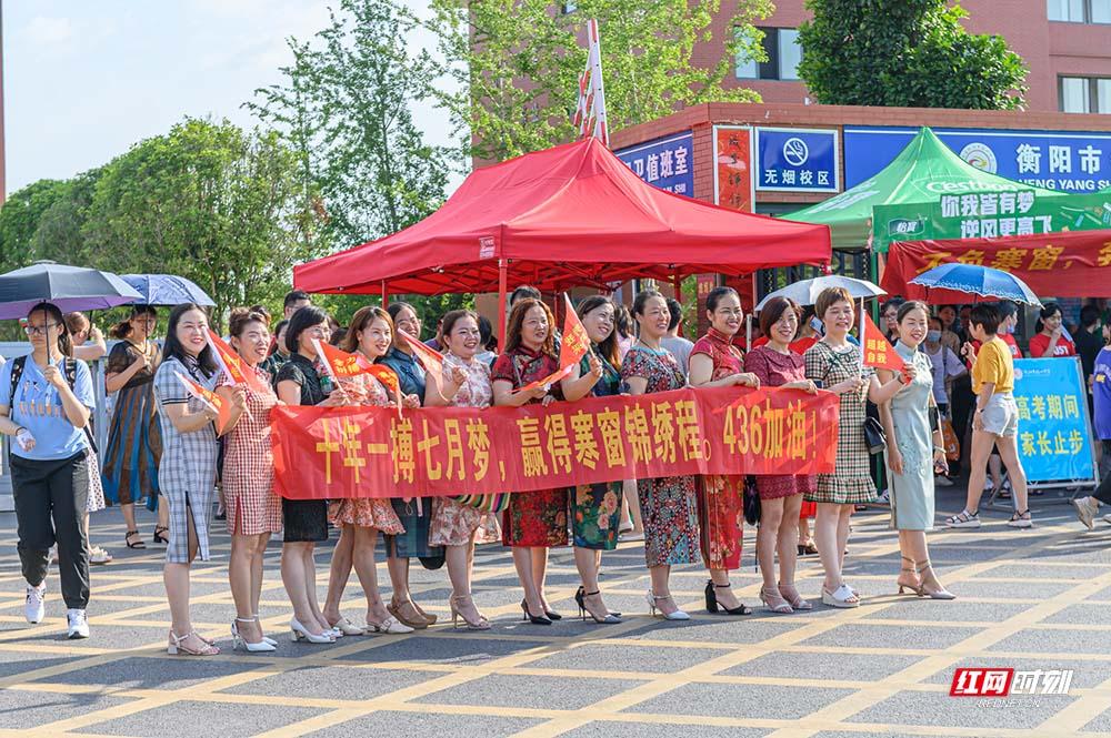 在衡阳市铁一中学考点,妈妈们穿上旗袍送考愿你旗开得胜!1.jpg