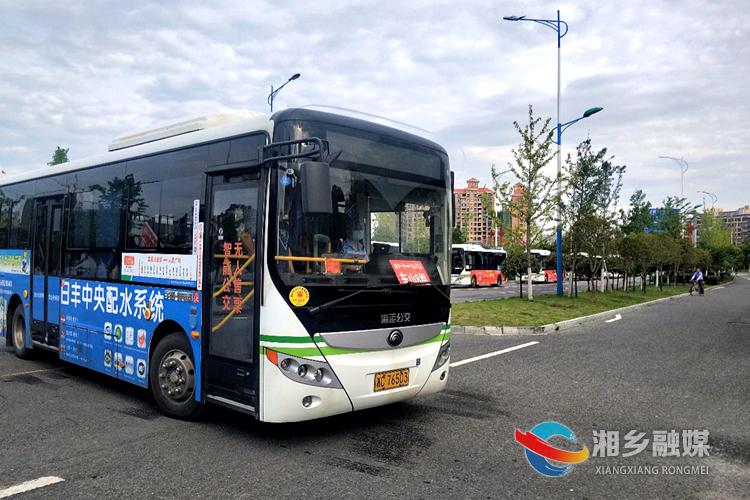 湘乡一中送考车进入东山学校考点.jpg