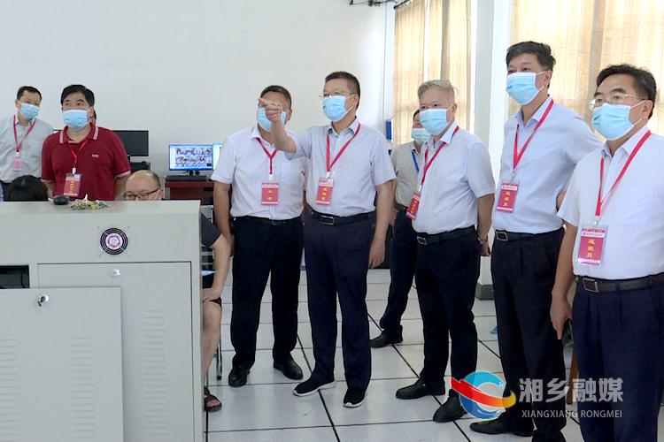 周俊文通过视频监控中心查看考场秩序.png