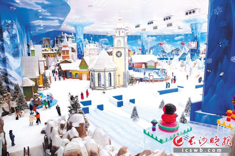 湘江欢乐城欢乐雪域将于7月11日开启试营业,届时游客可在悬浮于百米深坑之上的3万平方米欢乐雪域里滑雪玩雪,感受阿尔卑斯雪山风情和-5℃的酷爽。王志伟 摄