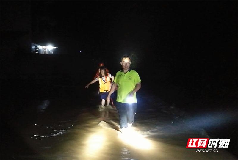 湖南张家界:4人被洪水围困家中 消防紧急疏散.jpg