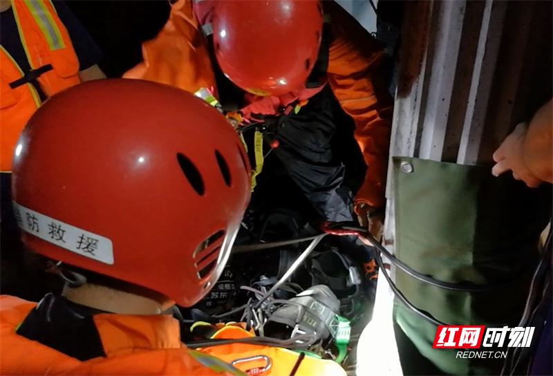 湖南张家界:4人被洪水围困家中 消防紧急疏散 (3).jpg