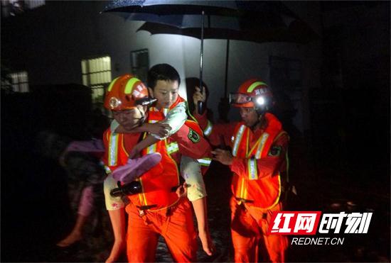湖南张家界:凌晨洪水来袭4人被困 消防快速疏散营救 .jpg