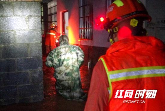 湖南张家界:凌晨洪水来袭4人被困 消防快速疏散营救  (2).jpg