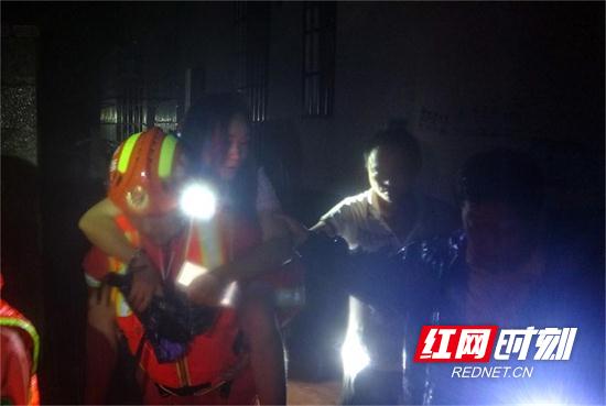 湖南张家界:凌晨洪水来袭4人被困 消防快速疏散营救  (1).jpg