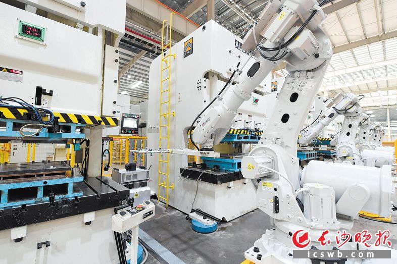 目前,长沙格力在智能工厂的建设上,已先后完成精益化、自动化、网络化,生产效率大幅提升。  长沙晚报全媒体记者 王志伟 摄