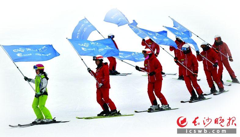 湘江欢乐城欢乐雪域里的滑雪者。王志伟 摄