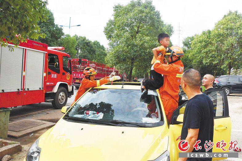 消防救援人员不懈努力,将被困男孩成功救出。长沙消防供图