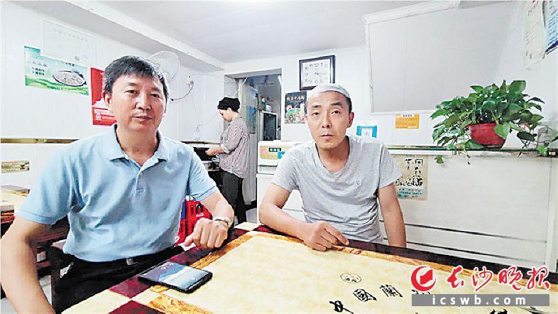 """说起这次拾金不昧的好事,马福明(右)表示是""""自己该做的""""。长沙晚报全媒体记者 刘树源 摄"""