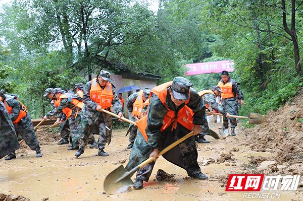 吉首市人武部组织民兵清理滑坡路障.jpg