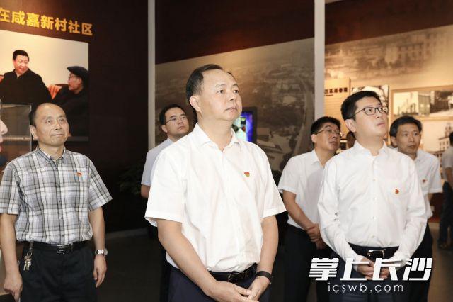 郑建新与市政府办公厅机关第一党支部党员一同参观长沙党史馆。刘书勤 摄