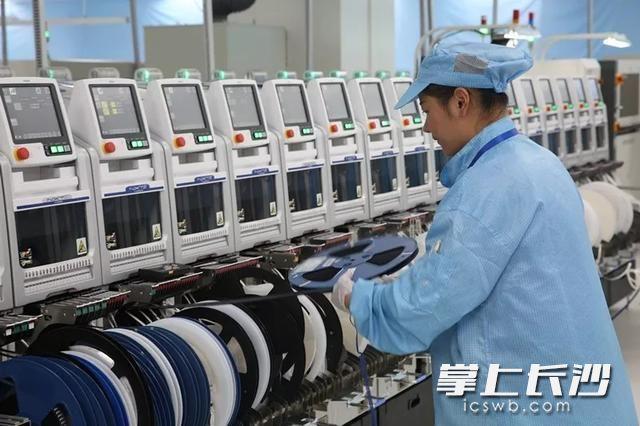 长沙智能终端产业园比亚迪电子工厂生产线。