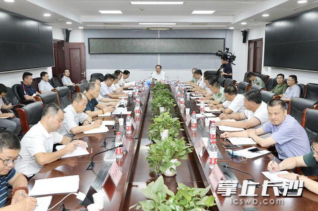 郑建新主持召开全市防汛视频调度会议。刘书勤 摄