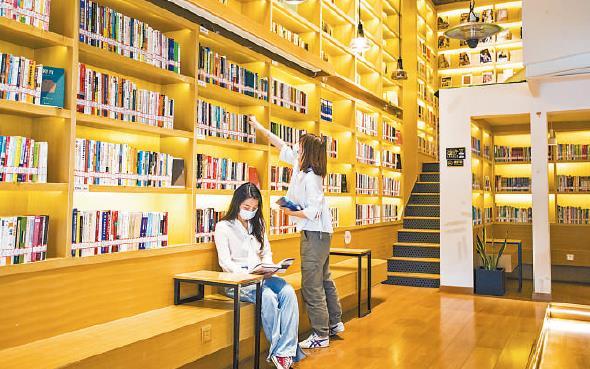 图为读者在长沙图书馆望城区简名书苑分馆内阅读。任 卓摄(人民视觉)