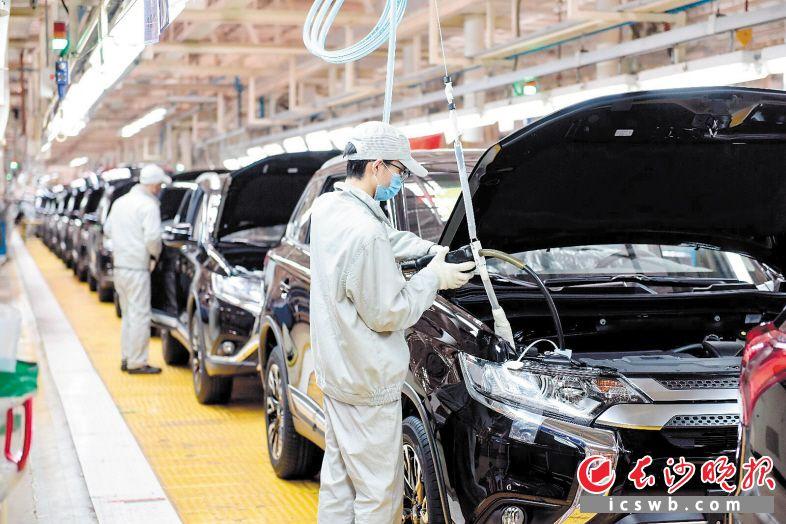 广汽三菱长沙工厂总装车间,产业工人们正在组装汽车。 长沙晚报通讯员 王亮 摄