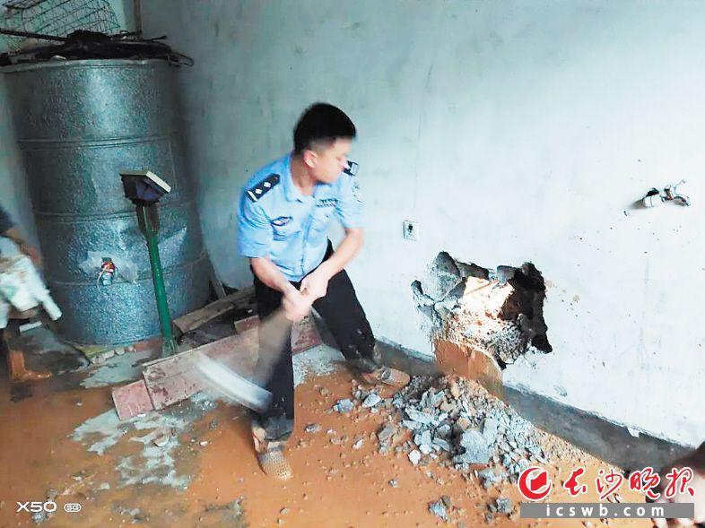 民警砸墙救人。长沙晚报通讯员 朱艳平 供图
