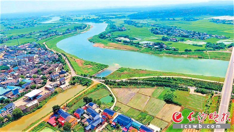 田园风光阡陌纵横,双江口镇美如碧玉。