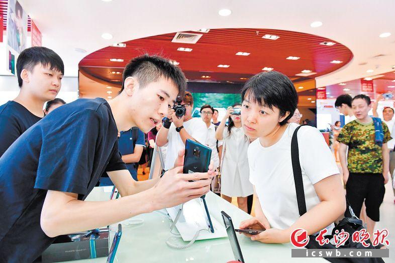 随着5G信号覆盖面越来越广,5G用户越来越多。图为去年8月,湖南首名5G体验客户产生时引起人们关注。  均为长沙晚报全媒体记者 王志伟 摄