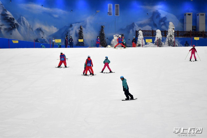 在悬浮于百米深坑之上的欢乐雪域里滑雪娱雪,在悬崖上的欢乐水寨冲浪戏水,7月11日上午,湘江欢乐城正式开园,这样的奇特游玩体验在长沙成为现实。 长沙晚报全媒体记者 王志伟 摄