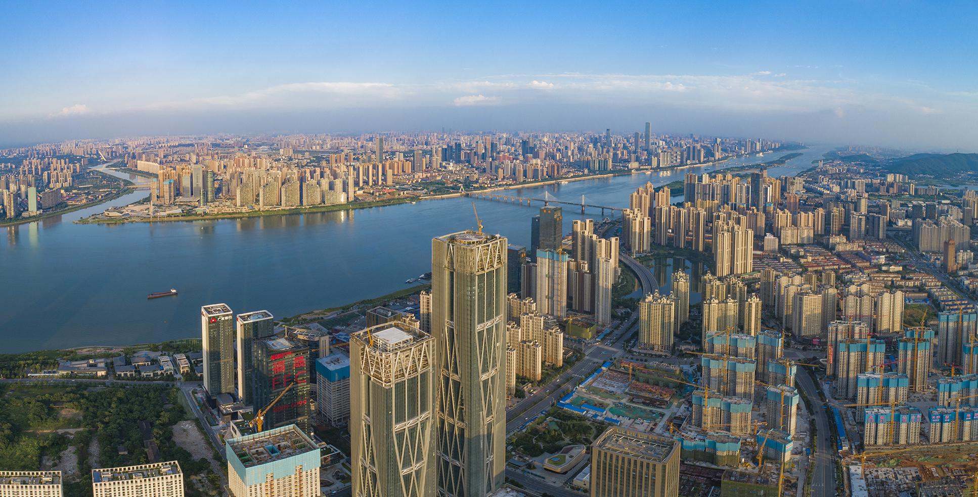 """湘江西岸,一座座摩天大楼刷新着城市的天际线。即将投入使用的湘江财富金融中心(FFC)以328米的高度,成为长沙河西的第一高楼,不断""""长高""""的城市天际线,将再添一道地标。长沙晚报全媒体记者 罗杰科 摄"""