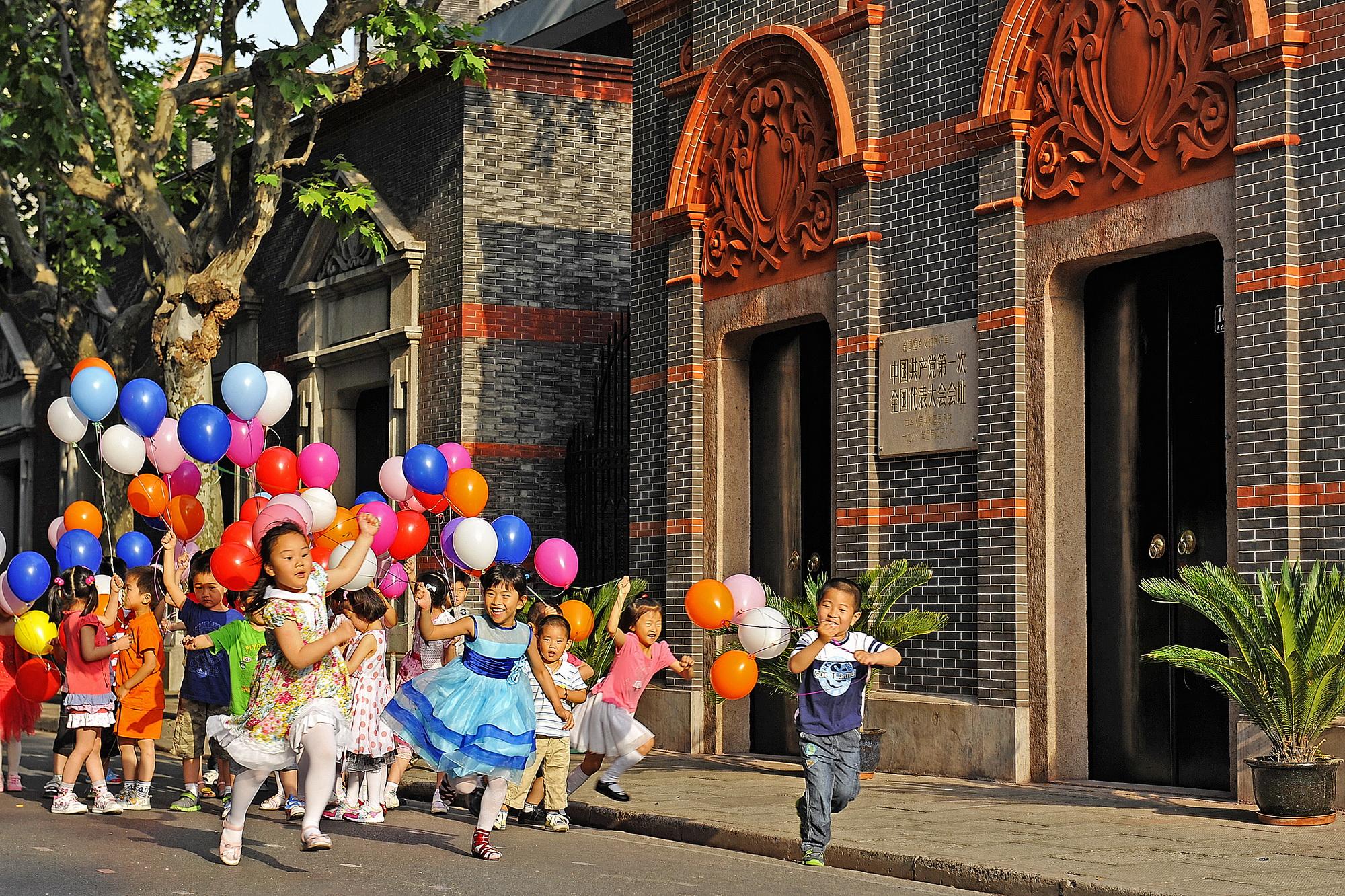 """儿童在""""一大""""会址纪念馆前放飞彩球.jpg"""