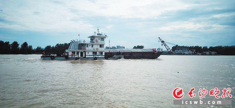 """""""湘救拖3号""""将货船拖带至安全水域。   受访者供图"""