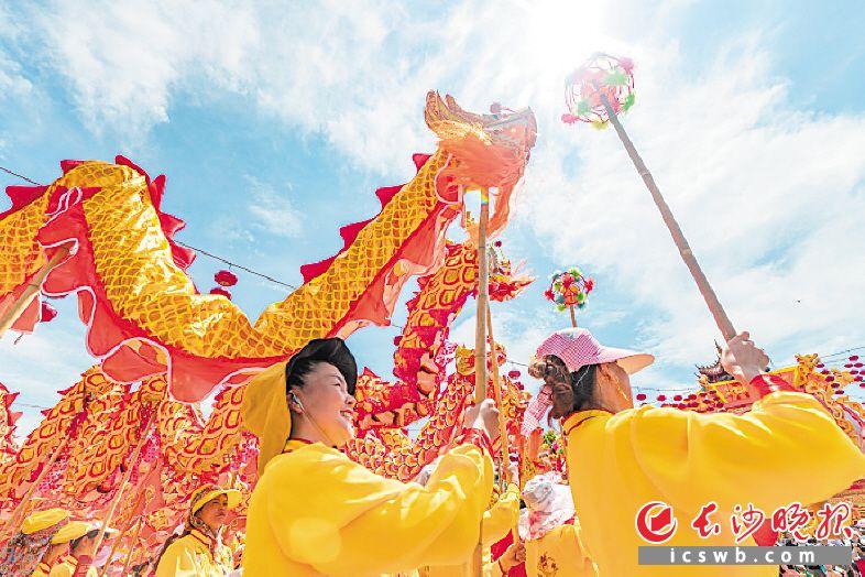 7月5日,来自宁乡各地的龙灯队伍齐聚长沙方特,其中女子龙灯队表现亮眼。长沙方特供图