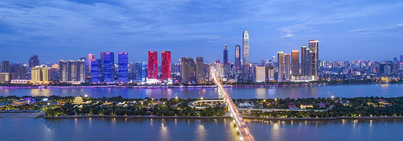 华灯初上时分,俯瞰城区,湘江东岸万家灯火逐一点亮,繁华的夜经济已经成为多彩长沙的又一张靓丽名片。长沙晚报全媒体记者 罗杰科 摄