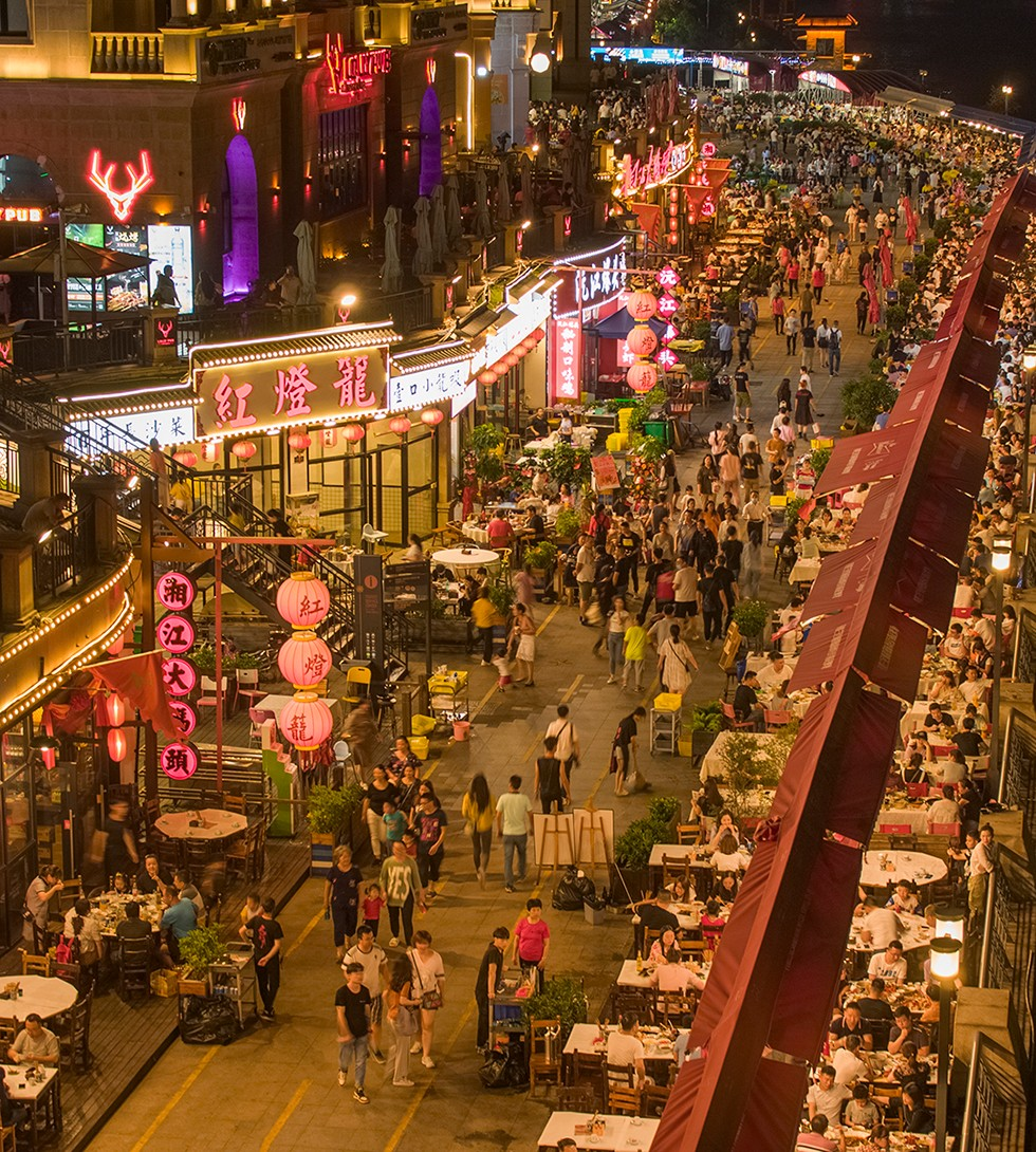 潇湘北路的渔人码头美食街,有序摆放的露天餐桌、摊担前,吃夜宵或排队的人群与前来纳凉的的路人交织,就像置身闹市街区。 长沙晚报全媒体记者 罗杰科 摄