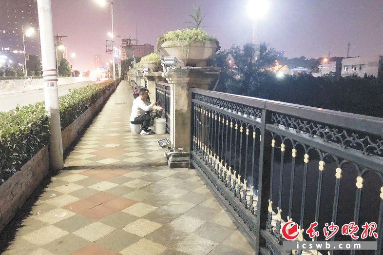 7月13日晚,星沙大道跨松雅河桥上,一名市民在垂钓。长沙晚报全媒体记者 刘琦 摄