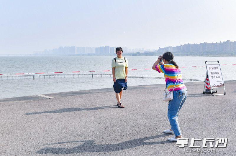 两位游客正在橘子洲头拍照。