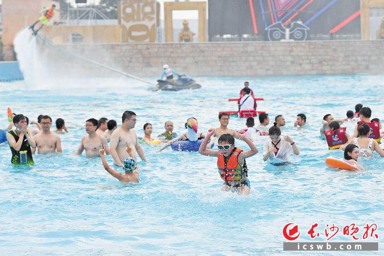 跨省团队游恢复的消息,将全面激发国人出游和企业复工复产的热情。图为游客在湘江欢乐城的欢乐水寨冲浪戏水。 长沙晚报全媒体记者 王志伟 摄